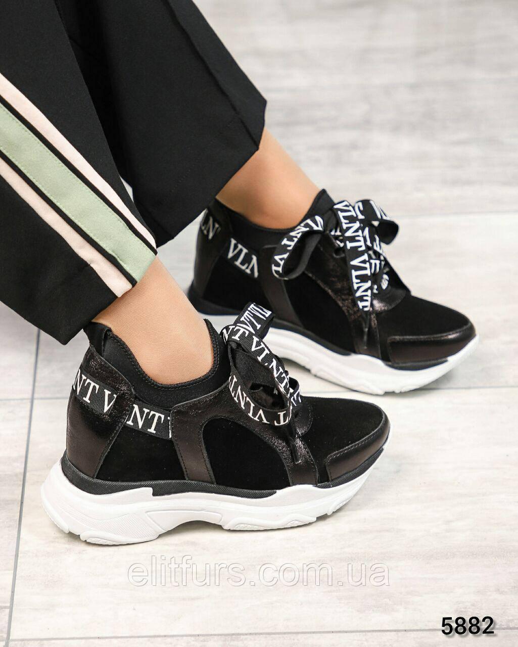 Сникерсы женские стильные, с оригинальной шнуровкой