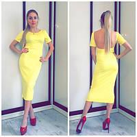 Желтое длинное женское платье с открытой спиной