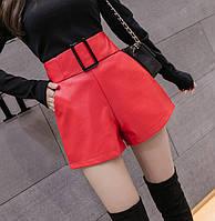 Женские шорты с завышенной талией и пряжкой из кожзама красные S