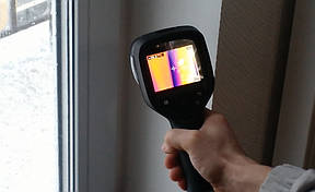 С помощью тепловизора мы определили самые холодные места на окне: между подоконником и окном (это значит, что плохо установлен отлив), в углах (окно не пропенено снаружи), со стороны откосов (не загерметизирована монтажная пена), практически везде.