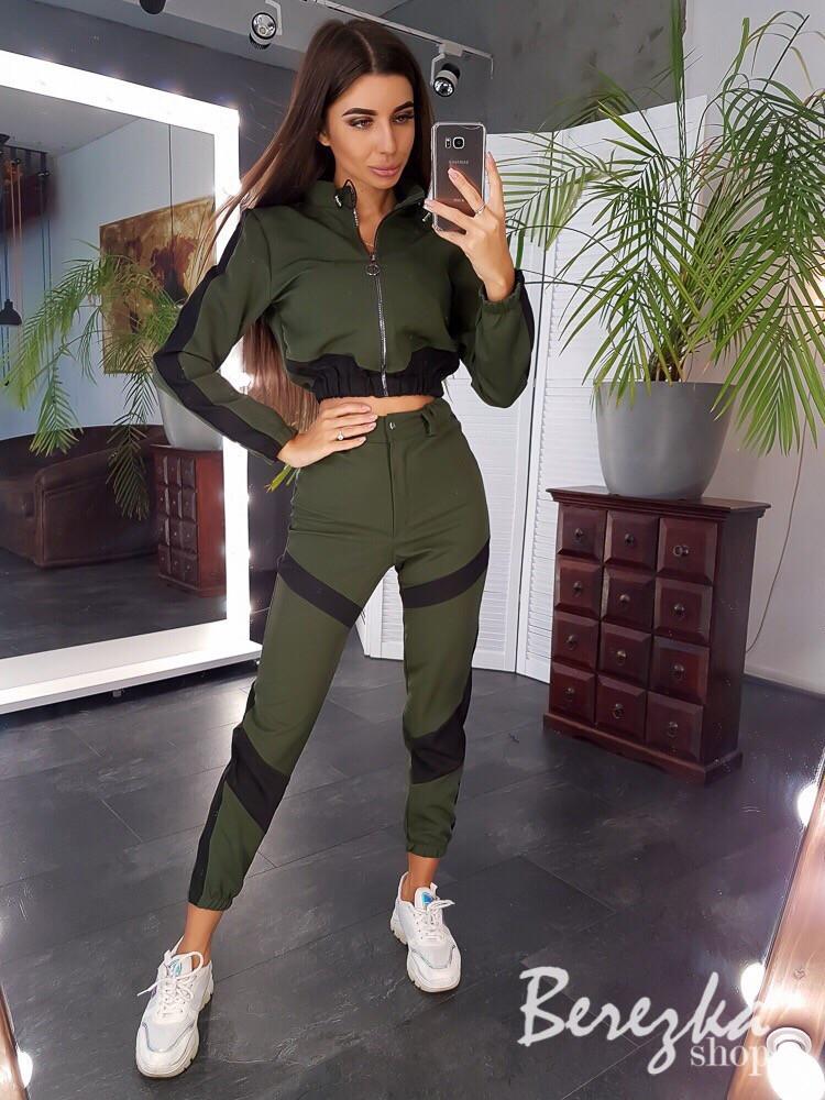 Женский брючный костюм с бомбером укороченным на молнии и штанами джоггерами 6610193Е