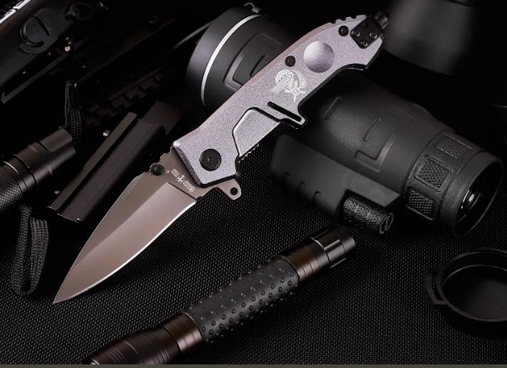 Нож складной, полуавтомат, клинок снабжен темно-серым покрытием, с подпальцевыми выемками, компактный