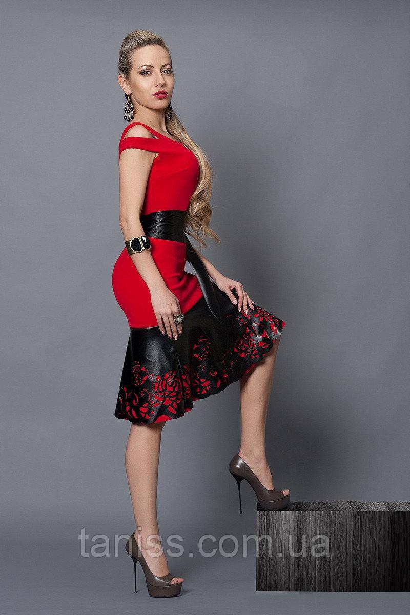 Нарядное, деловое, летнее платье, отделка из экокожи, ткань итальянский креп р. 40 красное  (247)