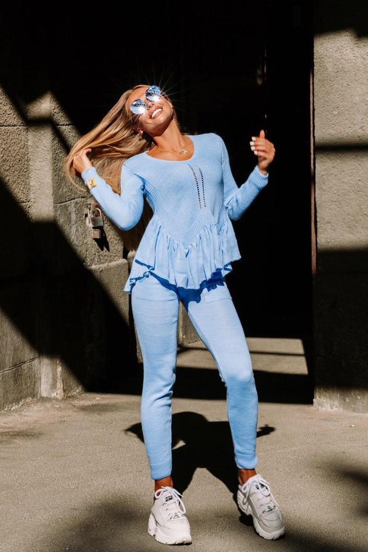 Голубой вязаный костюм декорированный рюшей