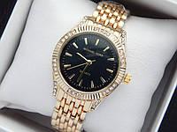 Женские кварцевые наручные часы копия Michael Kors (Майкл Корс) золото с камушками, черный циферблат