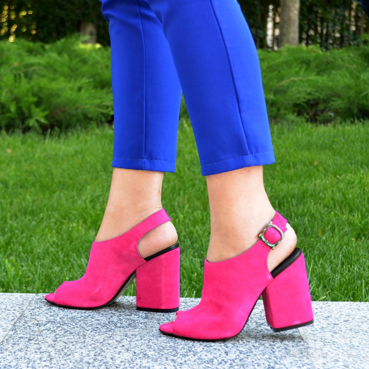 Женские замшевые босоножки на устойчивом каблуке, цвет фуксия