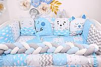 Комплект в кроватку с игрушками и бортиком косичкой в голубом цвете