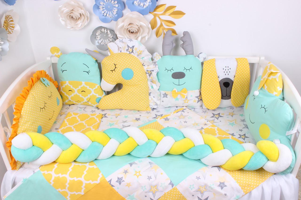 Комплект в кроватку с игрушками и косичкой в желто-мятном цвете