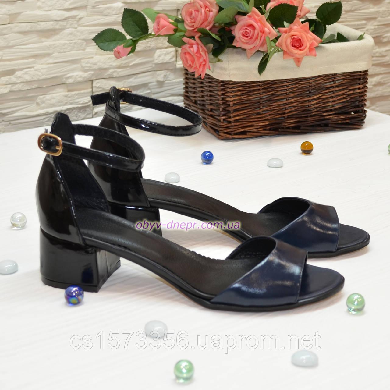 Босоножки женские лаковые на невысоком каблуке, цвет синий/черный