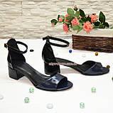 Босоножки женские лаковые на невысоком каблуке, цвет синий/черный, фото 3