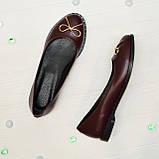 Туфли женские кожаные, декорированные металлическим бантиком, цвет бордо, фото 2
