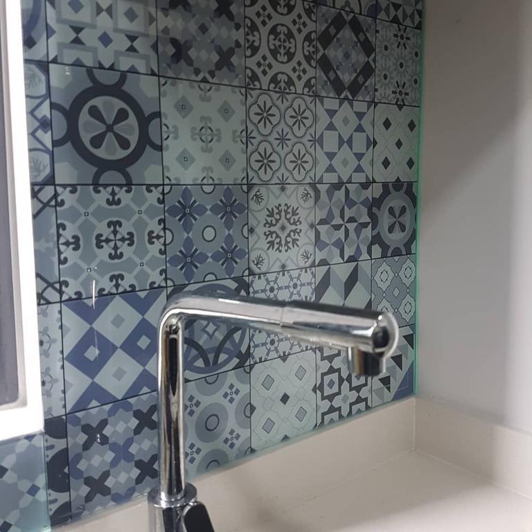 Стеклянная панель под плитку - установка на кухне в Запорожье