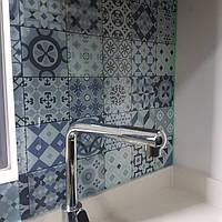 Стеклянная панель под плитку - установка на кухне в Запорожье 1