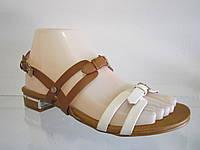 Босоножки женские на низком каблуке.