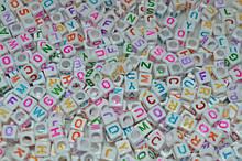 бусины квадратные белые с цветными буквами. английский алфавит. 6 мм