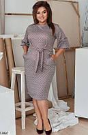 Деловое платье-футляр больших размеров с принтом серое