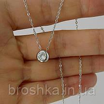 Серебряная цепочка с круглым кулоном в ямочку на шее, фото 2
