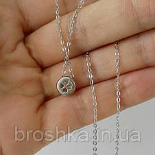 Серебряная цепочка с круглым кулоном в ямочку на шее, фото 3