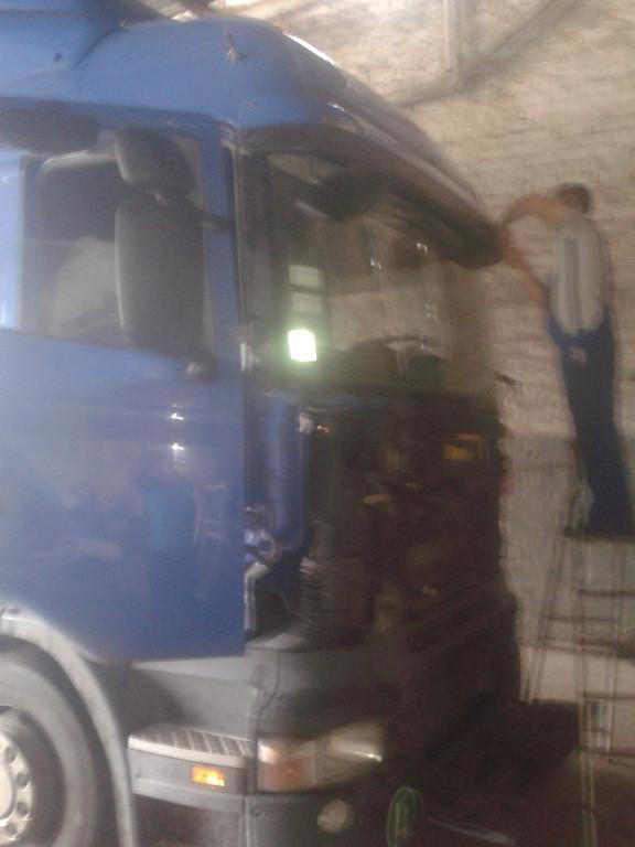Замена лобового стекла на грузовике Scania R 420 в Никополе 3