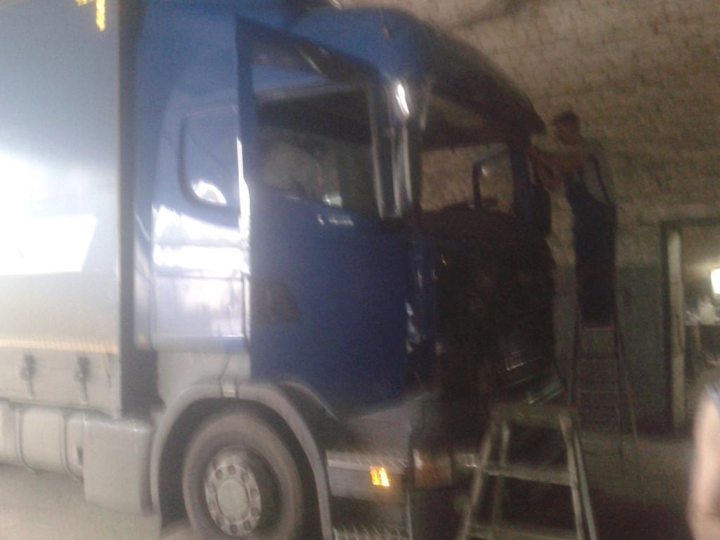 Замена лобового стекла на грузовике Scania R 420 в Никополе 5