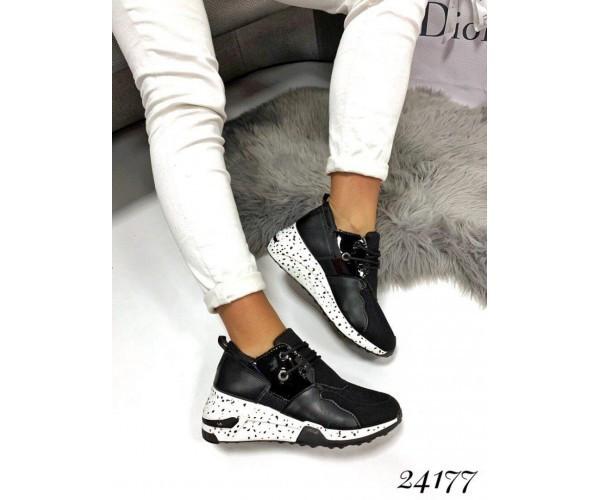 Кроссовки с подошвой в крапинку