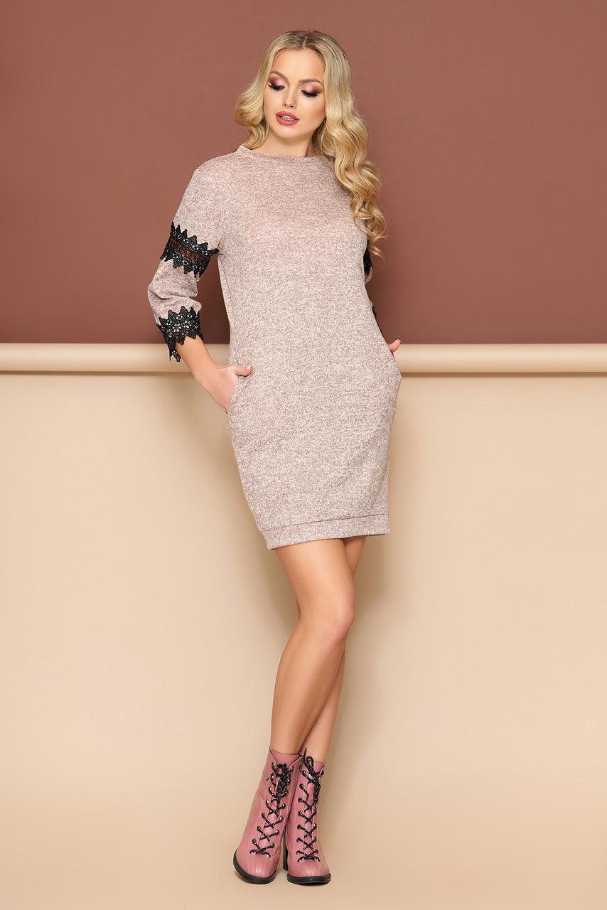 Трикотажное платье с кружевом бежевое