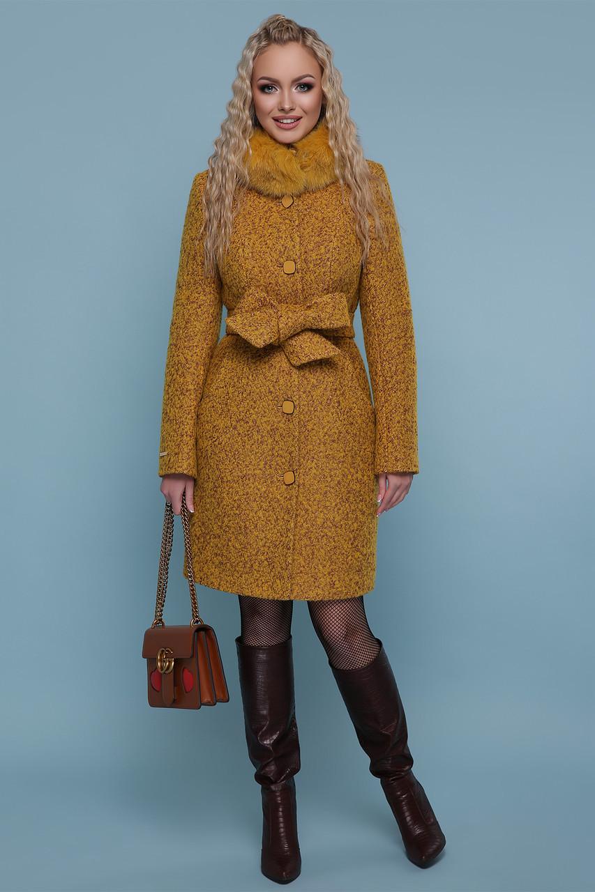 Зимнее пальто с меховым воротником горчичный
