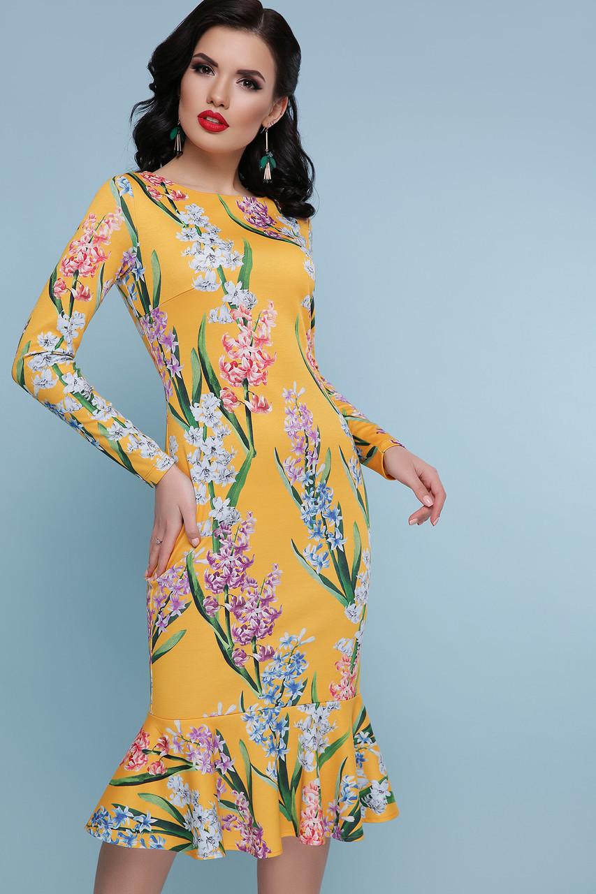 Красивое платье футляр с цветочным принтом желтое
