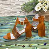 Стильные женские замшевые босоножки на невысоком устойчивом каблуке, цвет рыжий, фото 2