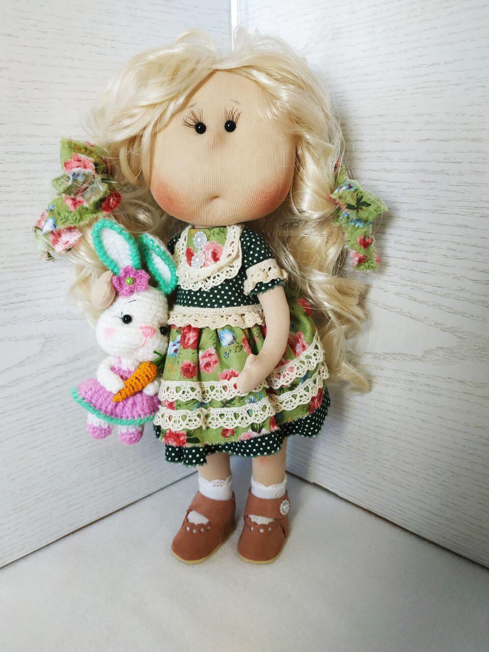 Интерьерная куколка блондинка с вязанным зайцем