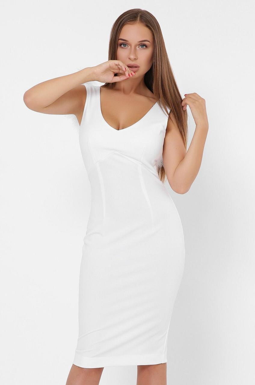 Белое коктейльное платье-футляр с перьями