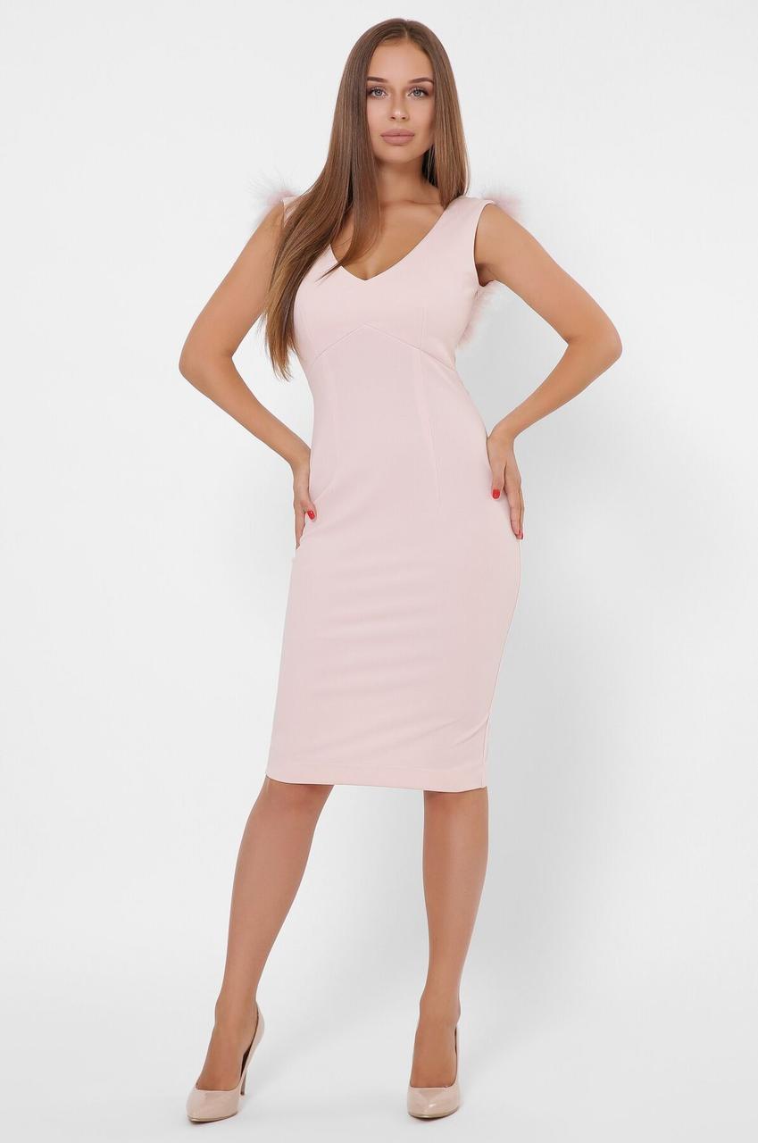 Розовое коктейльное платье-футляр с перьями