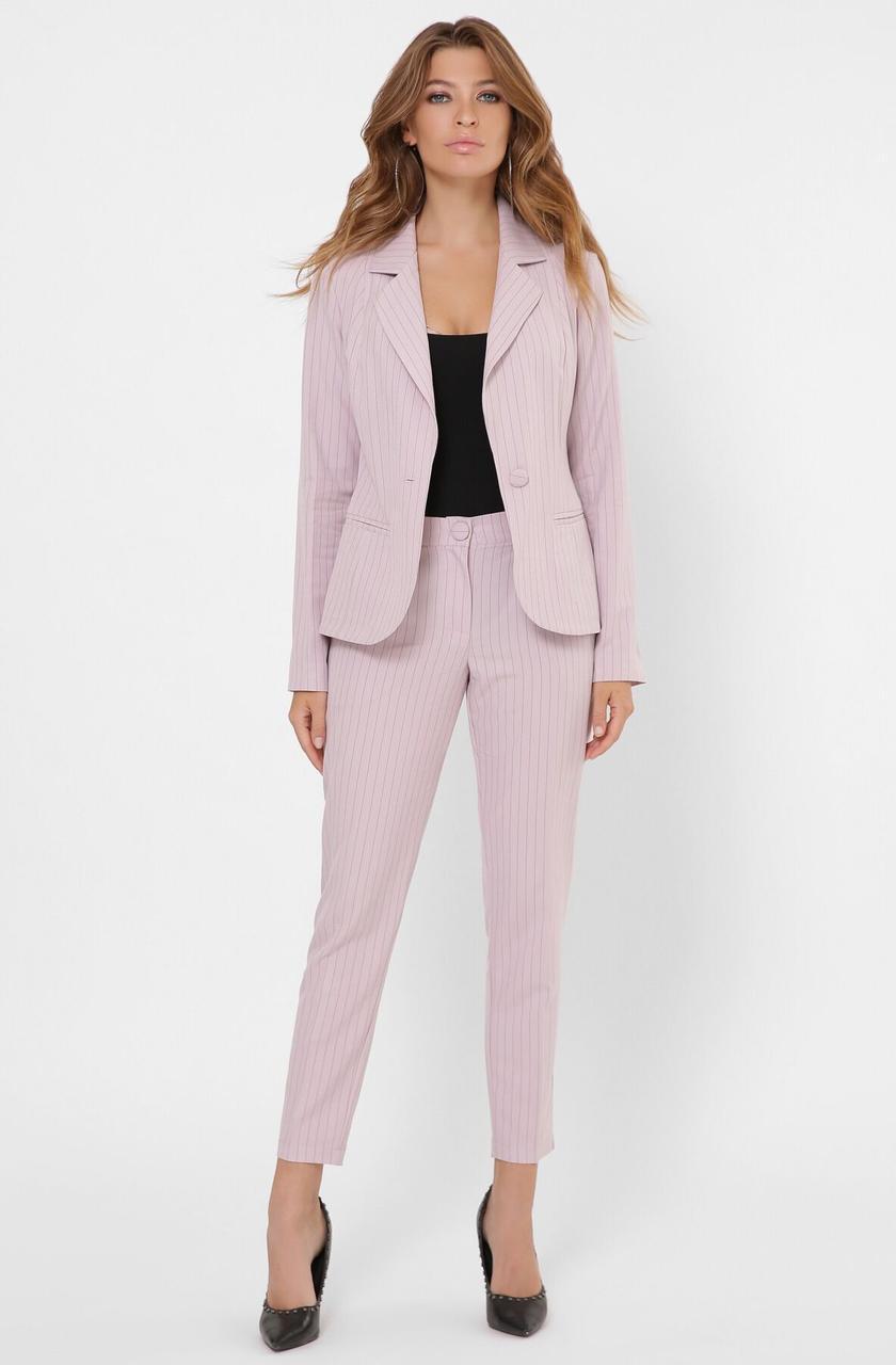 Женский брючный костюм в полоску в деловом стиле розовый