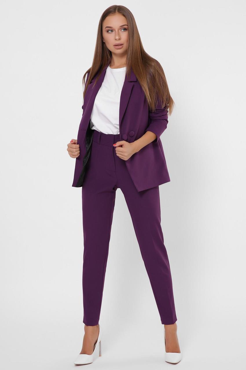 Женский брючный костюм в деловом стиле фиолетовый