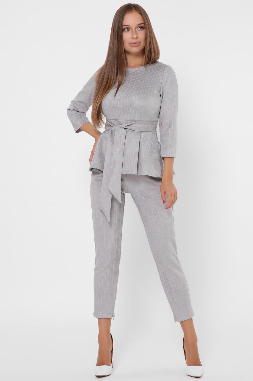 Женский брючный костюм в полоску с блузкой