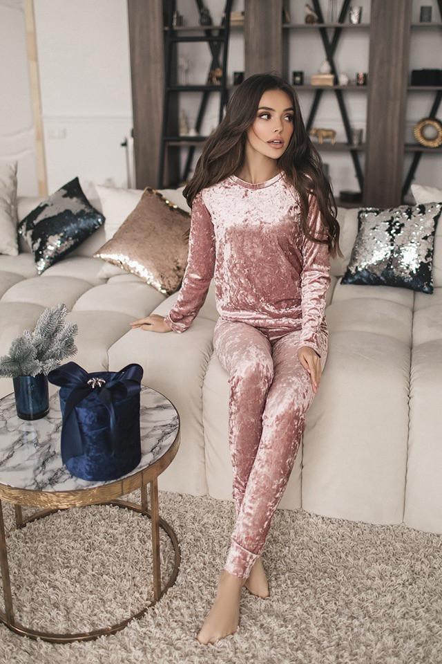 Розовый женский костюм из велюра