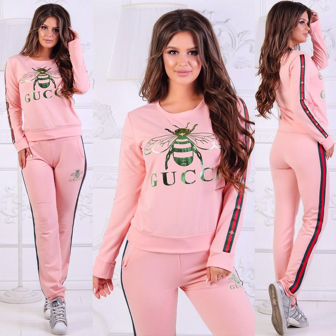 Розовый костюм с логотипом бренда