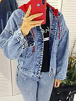 Куртка джинсовая с красным капюшоном