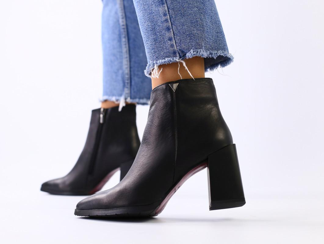 Женские демисезонные черные кожаные ботинки на каблуке