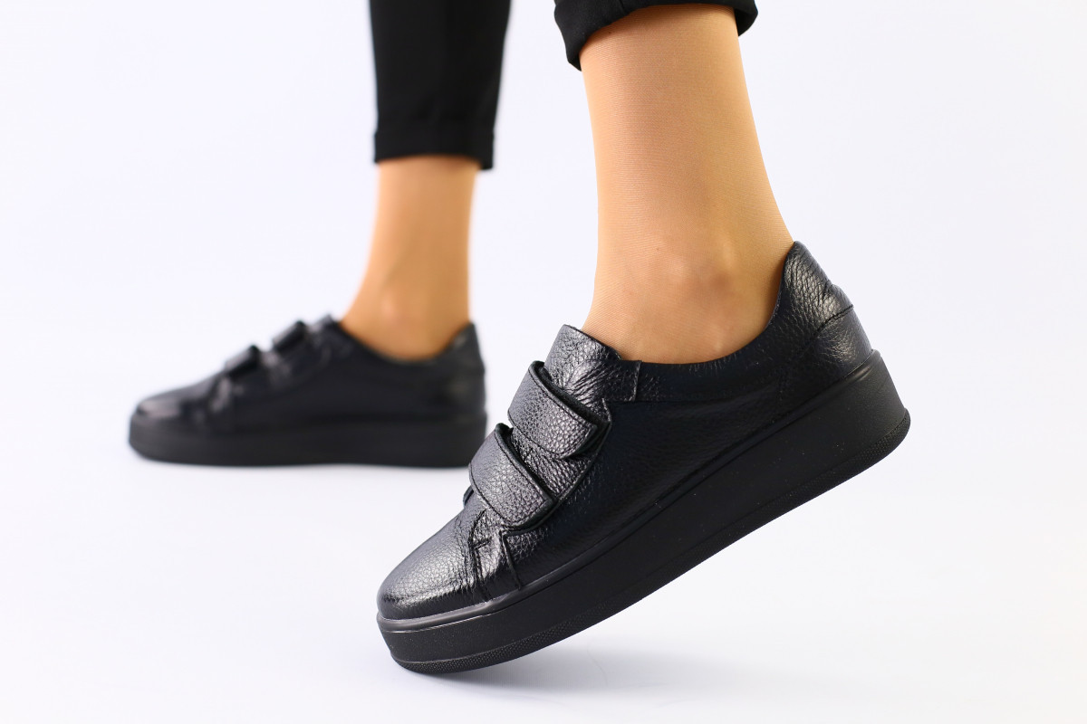 Женские кожаные кроссовки черные