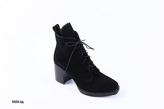 Женские демисезонные черные замшевые ботинки с обтянутым каблуком