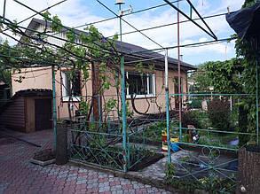 То же здание, но с уже смонтированной железной фермой.