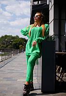 Ярко-зеленый вязаный костюм с удлиненным свитером
