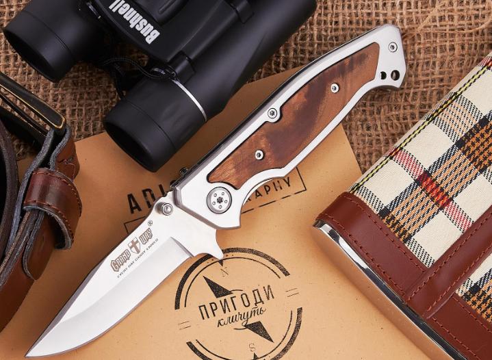 Нож складной с рукояткой из кап берёзы и металла, коричневого цвета, спуски-слабовогнутые от середины клинка
