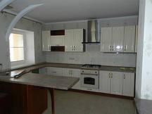 Прямая светлая кухня с фрезерованными фасадами МДФ
