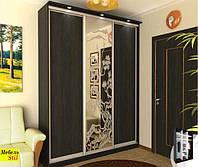 Шкаф-купе с подсветкой 3-х дверный 1,8 м с комбинироваными фасадами ДСП орех и худ. рисунок на зеркале