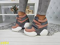 Сникерсы кроссовки на высокой платформе с танкеткой пудрово-серые на липучках