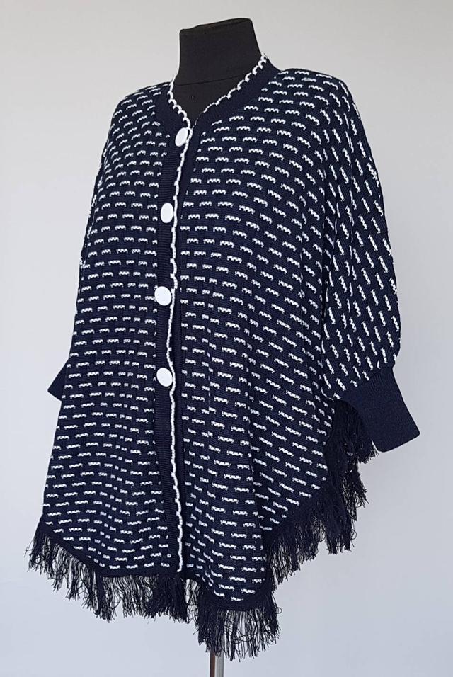 фотография женское вязаное пончо с бахромой