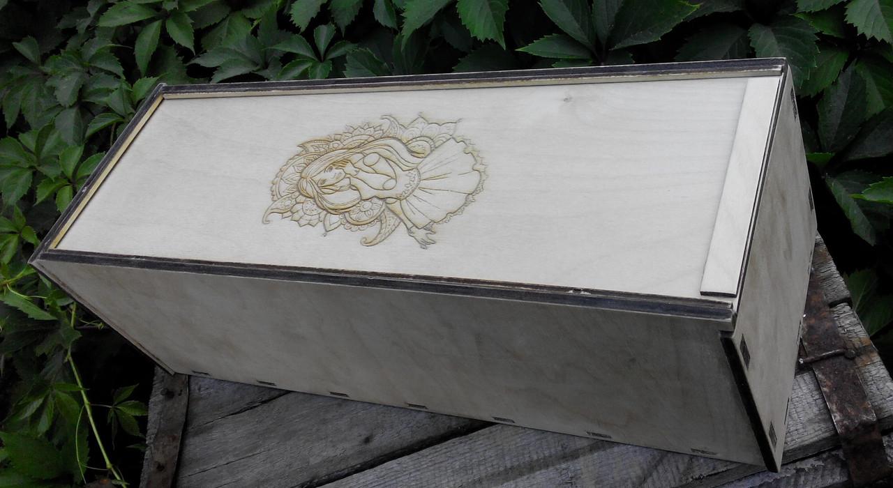 Деревянная коробка для упаковки коллекционной  куклы  с гравировкой