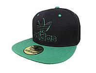 Черная кепка Adidas с зеленым козырьком